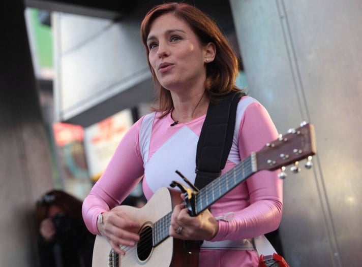 amy jo johnson sings as the pink power ranger popsugar entertainment